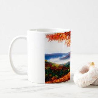 Nebel bewegt sich in das Tal Kaffeetasse