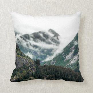 Nebeliger Berg übersteigt Kissen