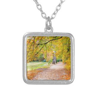 Niederländische Herbstlandschaft mit Fußweg und Halskette Mit Quadratischem Anhänger