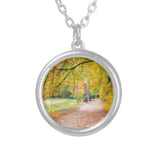 Niederländische Herbstlandschaft mit Fußweg und Halskette Mit Rundem Anhänger