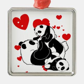 Niedliche Pandas, die Familie spielen Silbernes Ornament