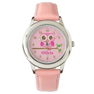 Niedliche rosa Eule auf Armbanduhr