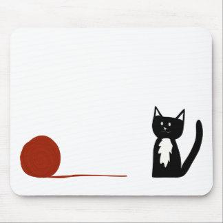 Niedliche Schwarzweiss-Tuxedo-Katze mit Garn Mauspad