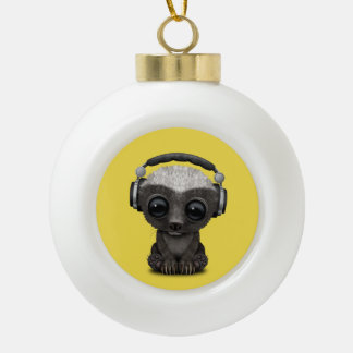 Niedliche tragende Kopfhörer Baby-Honig-Dachs-DJ Keramik Kugel-Ornament
