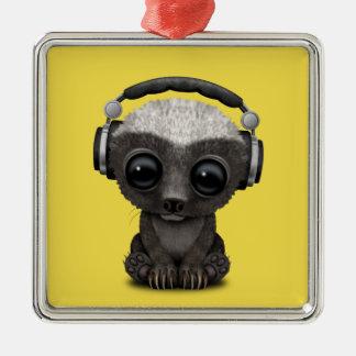Niedliche tragende Kopfhörer Baby-Honig-Dachs-DJ Silbernes Ornament