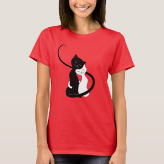 Niedliche weiße und schwarze Katzen in der Liebe T-Shirt