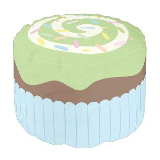 Niedlicher besprühter grüner kleiner Kuchen Hocker