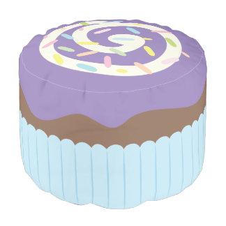 Niedlicher besprühter lila kleiner Kuchen Hocker