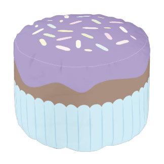 Niedlicher besprühter lila kleiner Kuchen Runder Sitzpuff
