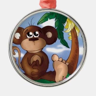 Niedlicher kleiner Affe, der nahe bei Bananen-Baum Silbernes Ornament