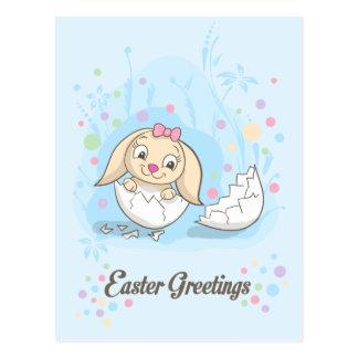 Niedlicher Osterhase, der in Osterei sitzt Postkarte