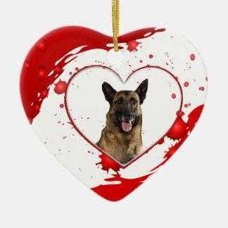 Niedlicher Schäferhund-Hund innerhalb des roten Keramik Herz-Ornament