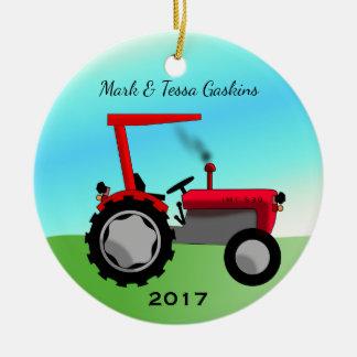 Niedlicher Vintager roter Bauernhof-Traktor Rundes Keramik Ornament