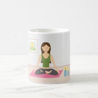 Niedliches Mädchen, das Yoga in einem hübschen Kaffeetasse