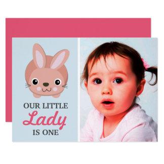 Niedliches rosa Häschen-Baby-Mädchen-1. erstes 12,7 X 17,8 Cm Einladungskarte