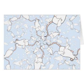Niedliches weißes Mäusemuster. Mäuse auf Blau Karte