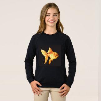 Niedriges Polygon des Goldfish abgeschieden auf Sweatshirt