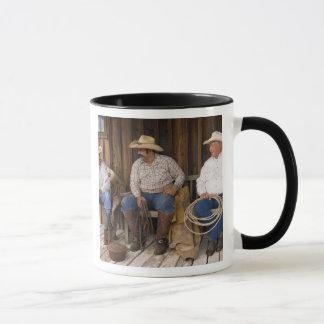 Nordamerika, USA. Entspannende Cowboys und Tasse