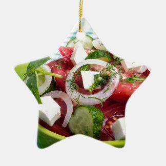 Nützlicher vegetarischer Salat mit rohen Tomaten Keramik Stern-Ornament