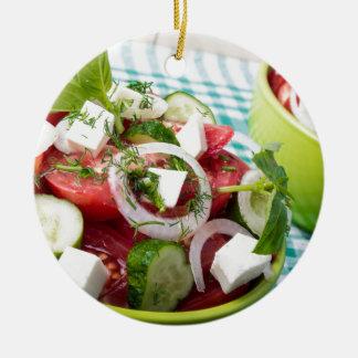 Nützlicher vegetarischer Salat mit rohen Tomaten Rundes Keramik Ornament
