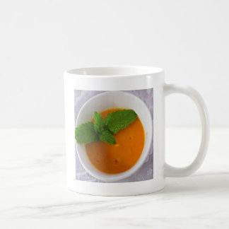 orange Bananenmango Smoothie mit grüner Tasse