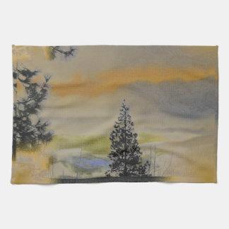 Orange graue Landschaft mit Kiefern Handtuch
