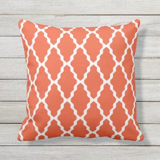 Orange Kissen im Freien- Gitter-Fliesen-Muster