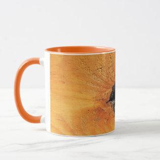 Orange natürliches Holz mit schwarzem Loch und Tasse