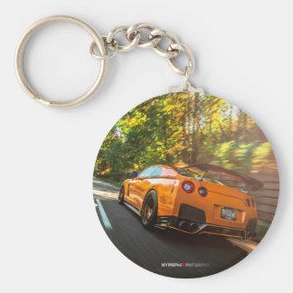 Orange Nissan GT-R, das durch Seattle-Straßen Schlüsselanhänger