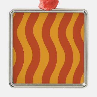 Orange Wellen-Streifen Quadratisches Silberfarbenes Ornament