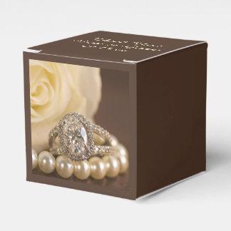 Ovaler Diamant-Ring und weiße Rosen-Hochzeit Geschenkschachteln