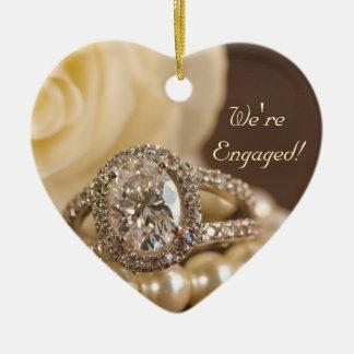 Ovaler Diamant-Verlobungs-Ring und weiße Rose Keramik Ornament