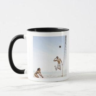 Paare, die Strand-Volleyball bei sechs Richtungen Tasse