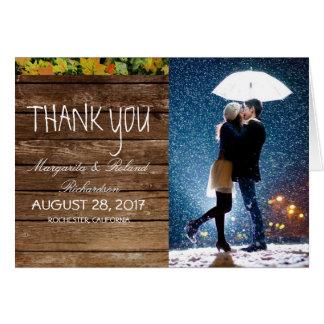 Paare mit dem Regenschirm, der am Schnee/küsst, Karte