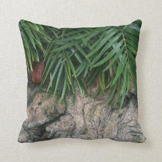 Palmenwedel über ordentlichem Garten-Foto der Zierkissen