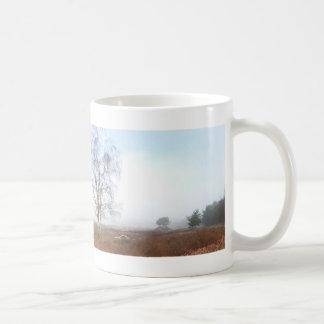 Panoramische Heide-Bäume in der Nebel-Tasse Kaffeetasse