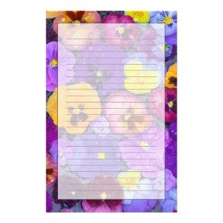 Pansy-Blumen, die in Vogelbad mit Tau schwimmen Briefpapier