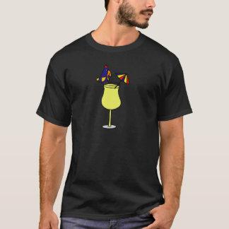 Papagei, der auf Pina Colada Glas-Kunst sitzt T-Shirt