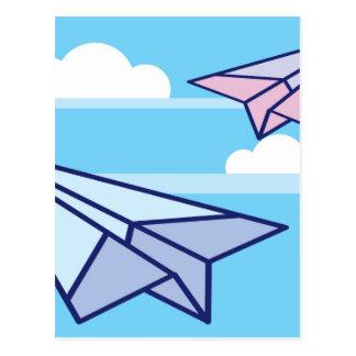 Papierflugzeuge im Himmel Postkarte