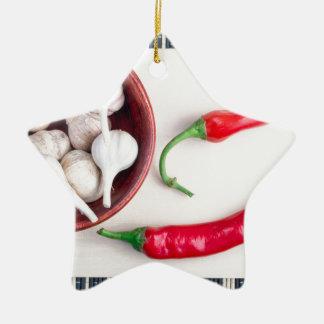 Paprika-Paprikaschoten und -knoblauch in einer Keramik Ornament
