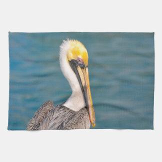 Pelikan-Porträt nah oben mit Ozean im Hintergrund Geschirrtuch