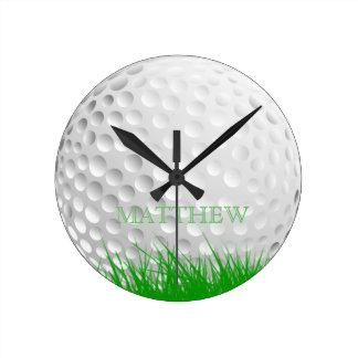 Personalisierter Golf-Ball im Gras Runde Wanduhr