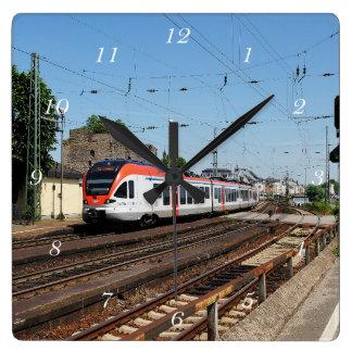 Personenzug in Rüdesheim am Rhein Quadratische Wanduhr