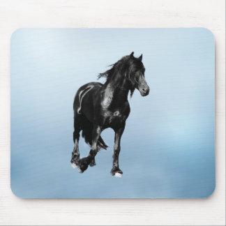 Pferd, das sich plötzlich dreht mousepad