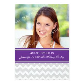 Pflaumen-graues Foto-25. Geburtstags-Party Einladu Personalisierte Ankündigungskarte
