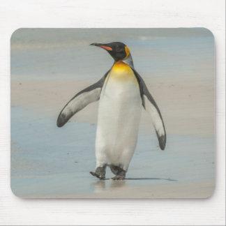 Pinguin, der auf den Strand geht Mauspad