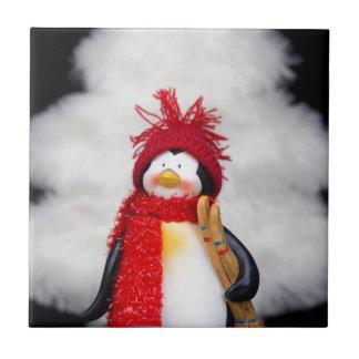 Pinguinfigürchen mit weißem Weihnachtsbaum Kleine Quadratische Fliese