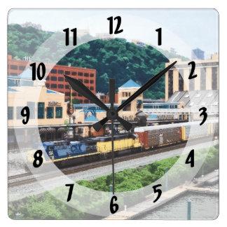 Pittsburgh PA - Zug, der durch Bahnhofsplatz geht Quadratische Wanduhr