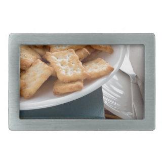 Platte mit Crackern und Tasse Tee Rechteckige Gürtelschnallen