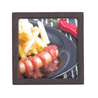 Platte mit einem Teil gebratenen Kartoffeln Schmuckkiste